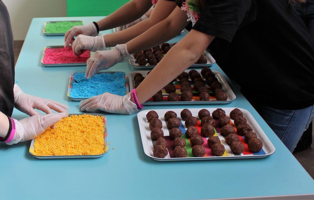 Ungdomar bakar chokladbollar på invigningen av Trampolin